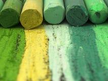 Gröna konstnärliga färgpennor Arkivbild