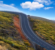 Gröna kurvor för slingrig väg för berg farliga Arkivfoton