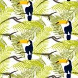 Gröna palmblad och modell för vektor för tukanfågel sömlös Royaltyfri Foto