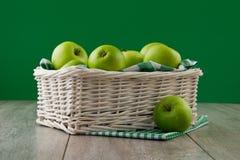 Gröna äpplen på smaragden Royaltyfri Foto