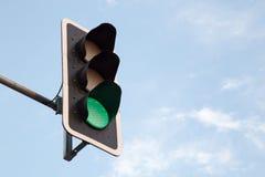 Grüne Ampel und blauer Himmel Stockfoto