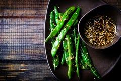 Grüne Bohnen in der Asiatssoße des indischen Sesams Stockfotografie