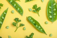 Grüne Diät des strengen Vegetariers: Eine Kombination von offenen und geschlossenen Erbsenhülsen und Stockfotos