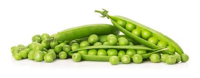 Grüne Erbsen getrennt auf dem weißen Hintergrund Stockfotografie