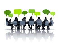 Grüne Geschäftsleute, die eine Sitzung haben Stockbilder