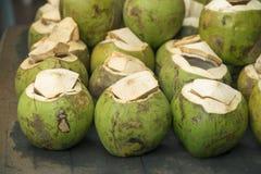 Grüne Kokosnüsse Stockfoto