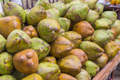 Grüne Kokosnüsse auf einem Markt-Stand Stockfotos