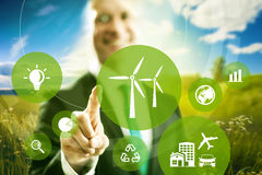 grüne Kugelwelt mit Windgeneratoren Stockfotografie