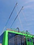 Grüne Oberleitungsbusstäbe auf blauem Himmel, Transport, Lizenzfreie Stockfotos
