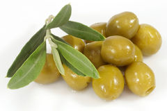 Grüne Oliven mit Ölzweig Stockbilder