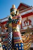 Grüne riesige Statue, die thailändischen Tempel schützt Stockfoto