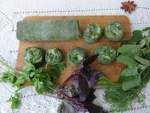 Grüne Teigrolle kochte von der Nessel und von den wild wachsenden Pflanzen Stockbilder