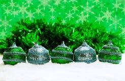 Grüne und blaue und silberne Weihnachtsbälle im Schnee mit Lametta und Schneeflocken, Weihnachtshintergrund Stockbilder