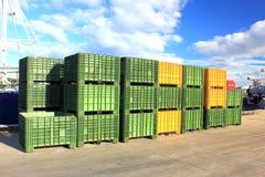 Grüne und gelbe Fischenbehälter auf Anlegestelle Lizenzfreie Stockfotos