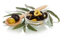 Grüne und schwarze Oliven Stockfoto