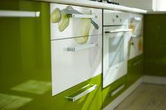 Grüne und weiße Elemente der modernen Küche Stockfotos