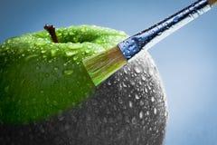 Grüner Apfel als Kunstkonzept Stockfotos