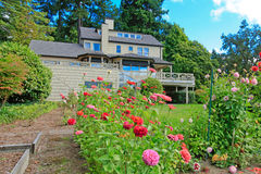 Grüner backayrd Garten mit netten Blumen Lizenzfreies Stockbild