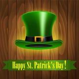 Grüner Hut auf Klee-Hintergrund Lizenzfreies Stockbild