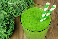 Grüner Kohl Smoothieabschluß oben auf hölzernem Hintergrund Stockbild