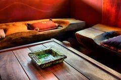 Grüner Marmoraschenbecher auf Tabelle Stockfotografie