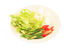 Grüner Paprika, roter Pfeffer und Zwiebelscheiben auf einer Platte Stockbild