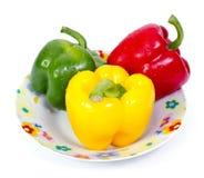Grüner roter und gelber Paprika (spanischer Pfeffer) auf Platte Lizenzfreie Stockfotos