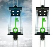 Grüner Schlüssel im Himmelaufzugskonzept lokalisierte auch ein Stockfotos
