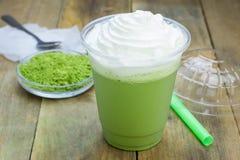Grüner Tee frappe in der Plastikschale Lizenzfreies Stockfoto