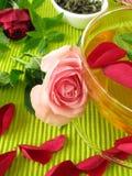 Grüner Tee mit rosafarbenen Blumen und Zitroneverbene Lizenzfreie Stockbilder