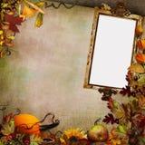 Grüner Weinlesehintergrund mit Rahmen, Herbstlaub und Kürbis Stockbild