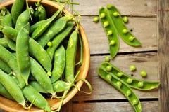 Grünes Blattdiätkonzept mit frischen Schnellerbsen Lizenzfreies Stockfoto
