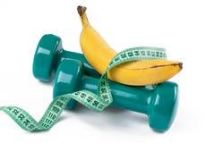 Grünes dumbell und Banane Lizenzfreies Stockbild