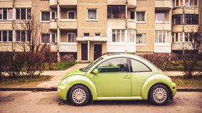 Grünes kleines Auto Lizenzfreie Stockfotos