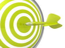 Grünes Pfeilzielbegrifflichbrett mit einem Pfeil in der Mitte Lizenzfreie Stockfotografie