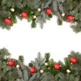 Grünes Tannenzweigfeld mit Weihnachtskugeln Stockfotografie