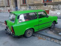 Grünes Trabant-Auto Lizenzfreie Stockbilder