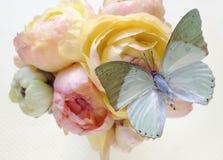 Grön fjäril på pastellfärgade blommor Arkivbild