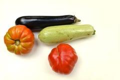 Grönsaker framme på vit bakgrund Arkivfoto