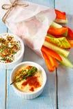 Grönsaker och dopp. Royaltyfri Fotografi