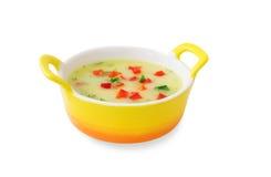 Grönsaksoup med röd peppar och örtar i en gul tureen Royaltyfri Fotografi