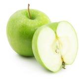 Grönt äpple med skivan som isoleras på den vita bakgrunden Fotografering för Bildbyråer