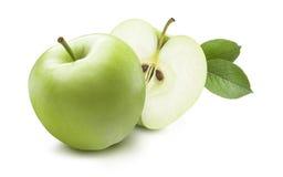 Grönt äpple och gömd halva som isoleras på vit bakgrund Fotografering för Bildbyråer