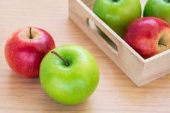Grönt äpple och rött äpple Royaltyfri Foto