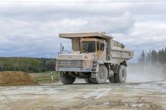 Groß-gelber Steinbruchkipplaster-Erzeugnistransport von Mineralien Stockbild