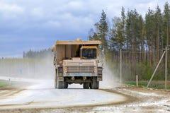 Groß-gelber Steinbruchkipplaster-Erzeugnistransport von Mineralien Lizenzfreie Stockfotografie