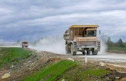 Groß-gelber Steinbruchkipplaster-Erzeugnistransport von Mineralien Stockfotografie