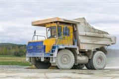 Groß-gelber Steinbruchkipplaster-Erzeugnistransport von Mineralien Lizenzfreies Stockfoto