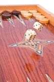 Groß würfelt Fall auf hölzernen handgemachten Backgammonvorstand Stockfoto