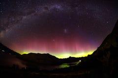 Großartige Ansicht als Aurora leuchtet dem Himmel von Queenstown, Neuseeland stockbild